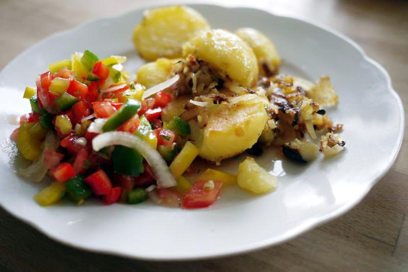 wochentags rezepte bratkartoffeln mit paprika tomaten salat. Black Bedroom Furniture Sets. Home Design Ideas