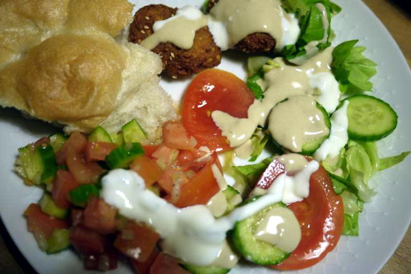 wochentags rezepte falafel mit salat und saucen. Black Bedroom Furniture Sets. Home Design Ideas